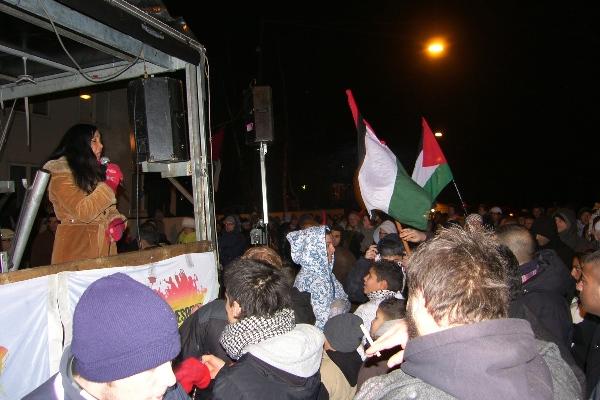 Annisette synger foran den israelske ambassade 4. januar 2009
