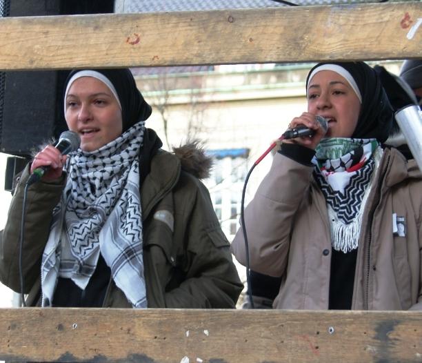 Palæstinensere synger ved den amerikanske ambassade Lad Gaza Leve 27. januar 2009