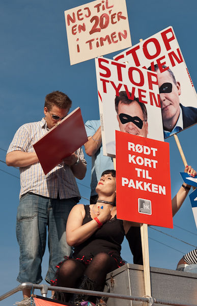 Demonstration mod VKOs sparepakke med halvering af dagpengeperioden 8. juni 2010. S-SF-R fastholder den blå 'reform'