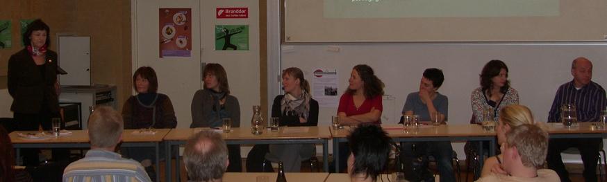 Panelet Karen Sjørup (tv) taler