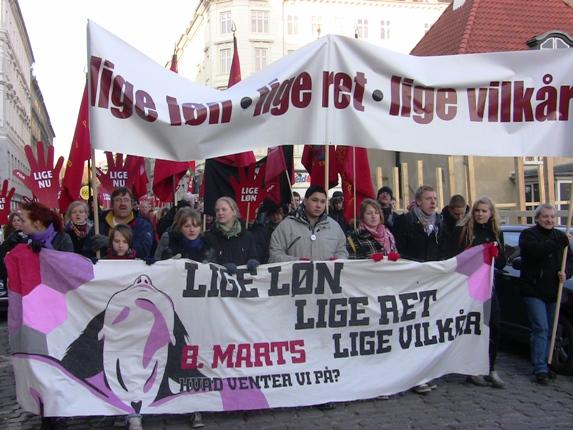 Frontbanner På vej fra Folkets Hus Rømersgade