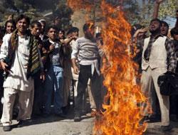 En dukke af Obama afbrændes i Kabul 25. oktober