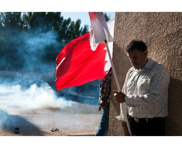 Demonstrant i Bahrain søger ly for sikkerhedspolitiets tåregas