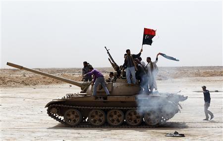 Libyske oprører med tank ved oliebyen Brega