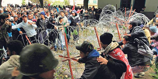 Demonstranter s'ger ta fjerne pigtr[d foran regeringsbygning