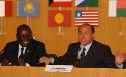 FAOs generalsekretær og Italiens premierminister Silvio Berlusconi hygger sig på fødevaretopmødet i Rom 3. juni 2008