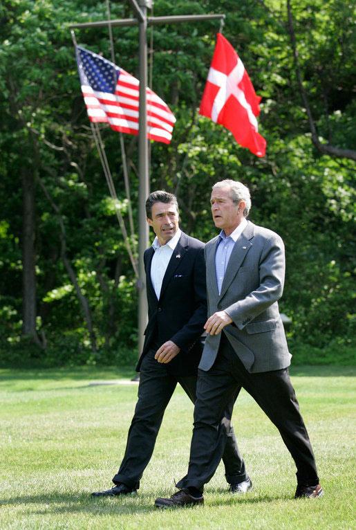 Fogh søger at holde marchtakt med Bush