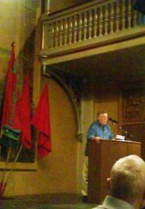 Frede Klitgård taler ved mindemødet for Leif Larsen