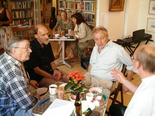 B.C. Andersen (th) med fra venstre modstandsmanden Frede Klitgård,digteren Erik Stinus og Kommunistisk Politiks redaktør Klaus Riis