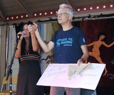 Annisette overrækker fredspris på 10.000 kr til Martin Spang-Thomsen fra Kirkeasyl
