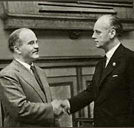 Den sovjetiske udenrigsminister Molotov og den nazistiske Ribbentrop ved underskrivelsen af Ikke-angrebspagten mellem Tyskland og Sovjetunioen 23. august 1939