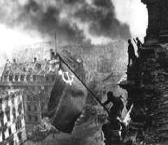 Sovjetiske soldater indtager Berlin og det røde flag hejses påp rigsdagsbygningen 1. maj 1945