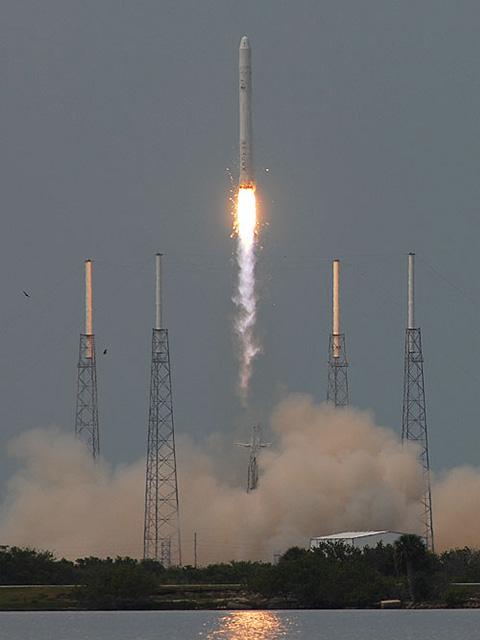 SpaceX-opsendelsen er sket fra et nyrenoveret afskydningsrampe i Cape Canaveral, Florida, ved siden af Kennedy Space Center. SpaceX-rampen er også kendt som Space Launch Complex 40 og blev frem til 2005 brugt af det amerikanske militærs Titan-raketprogram til tophemmelige satellitter. Falcon 9 er en enkel totrinsraket med pneumatisk adskillelse. Den blev afprøvet 8. december 2010, hvor en bane i ca. 300 km højde blev nået. Herefter blev rumkapslen frigivet og tog en tur rundt om jorden.