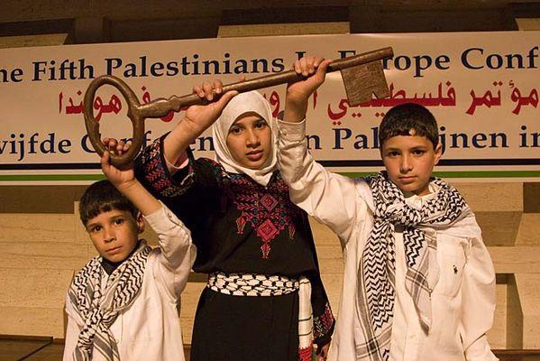 Palæsteinensiske børn i Brøndbyhallen 3. maj 2008 viser retten til tilbagevenden til Palæstina