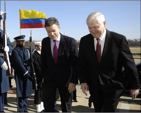 To krigsministre: Juan Manuel Santod, Colombia, og Robert Gates, USA