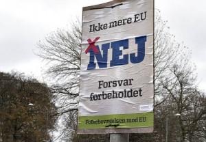 Danskerne skal den 3. december 2015 stemme om Danmarks rolle i EUs rets-samarbejde , og om hvorvidt retsforbeholdet skal erstattes med en såkaldt tilvalgs-ordning. Så det er enten Ja eller Nej. Her ses valgplakater i Aalborg-området tirsdag. Her en Nej plakat fra Folkebevægelsen mod EU - samtidig en politibil med udrykning