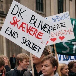 dk_skaevere_end_skiltet